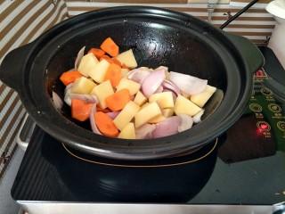 咖喱鸡,洋葱炒出香味后,下入胡萝卜土豆翻炒