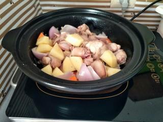 咖喱鸡,炒一会后,加入事先炒过的鸡肉翻炒