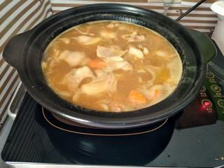 咖喱鸡,盖上锅盖,直至把食材焖软