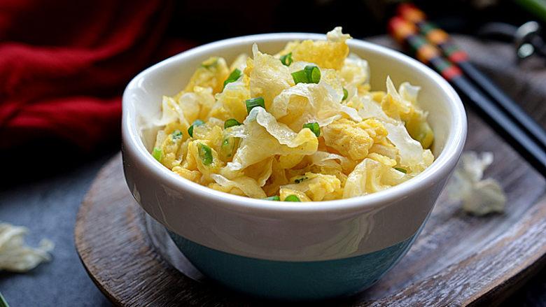银耳炒鸡蛋,出锅后趁热吃,非常美味