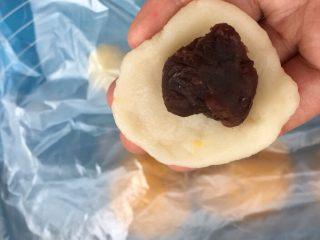 麻糍豆沙南瓜餐包 ,取出麻糍,用擀面杖擀成面片,放入红豆沙。