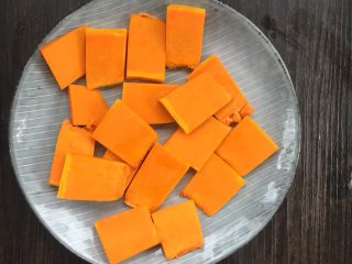 麻糍豆沙南瓜餐包 ,南瓜洗净去皮切成薄片放入蒸锅蒸熟。