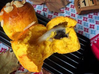 麻糍豆沙南瓜餐包 ,掰开看看内部,是不是超级松软且层次丰富?
