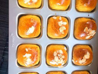 麻糍豆沙南瓜餐包 ,将面包放入预热好的烤箱中 上下火170度 烤箱中层 20分钟 取出晾凉