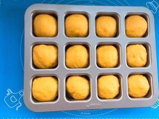 麻糍豆沙南瓜餐包 ,取出发酵好的面团,我发酵了大概30分钟。 烤箱预热上下火170度。