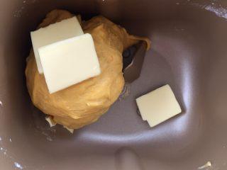 麻糍豆沙南瓜餐包 ,放入黄油,继续用揉面程序揉面团。