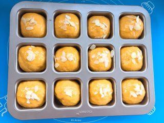 麻糍豆沙南瓜餐包 ,放上适量的杏仁片。
