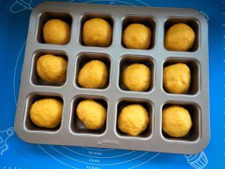 麻糍豆沙南瓜餐包 ,烤箱预热上下火40度 面团全部做好后,放入模具,放入预热好的烤箱,发酵至1.5倍~2倍大。