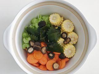 宝宝辅食:蔬菜高汤,放入泡好的香菇