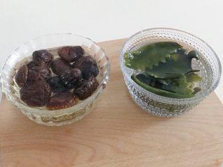 宝宝辅食:蔬菜高汤,食材处理:干香菇和枫叶海带泡发洗干净