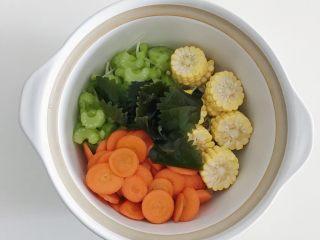 宝宝辅食:蔬菜高汤,放入枫叶海带