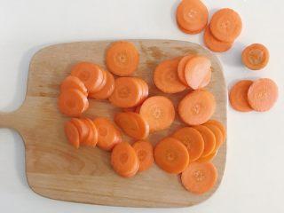 宝宝辅食:蔬菜高汤,胡萝卜带皮切片