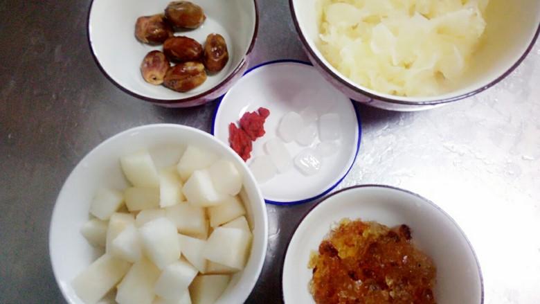 桃胶银耳梨羹,准备好所有的食材