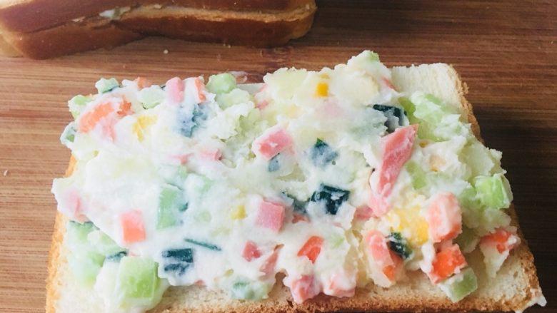 土豆泥三明治,在一半的面包片,铺上土豆泥
