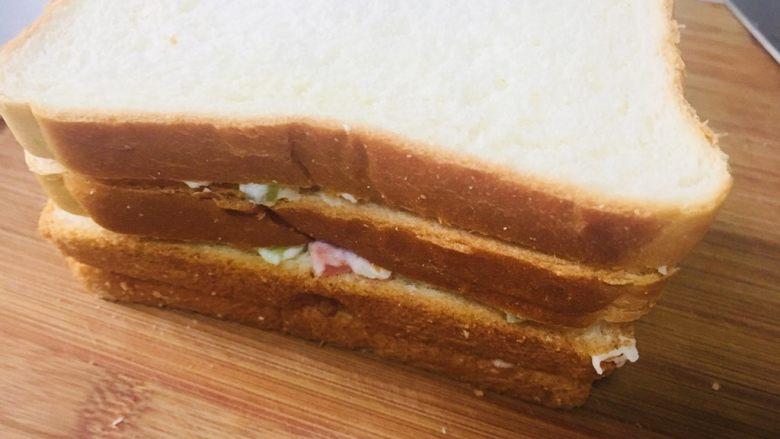 土豆泥三明治,然后叠在一起,四层夹三层的土豆泥三明治就好啦……