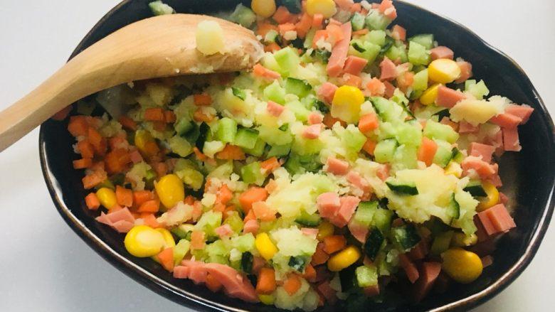 土豆泥三明治,加入蔬菜丁,搅拌均匀
