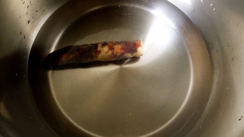 快手香肠炒意面,另取锅煮香肠。