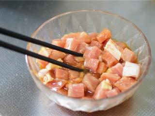 溜肉段,猪肉,加入生抽,料酒,蛋清,盐,拌匀