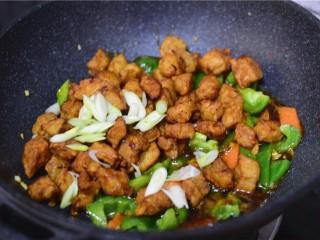 溜肉段,将酱汁的材料倒入锅中。大火烧至冒泡加入肉段炒匀即可!