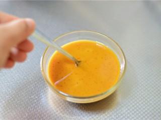 溜肉段,酱汁的所有材料放入一个小碗拌匀备用。