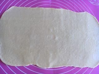 沙拉酱纽纹面包,擀开成薄薄的面片