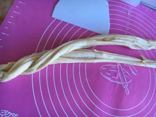 沙拉酱纽纹面包,两条互相交叠缠绕起来