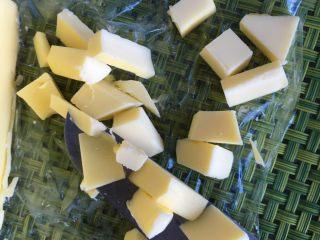 沙拉酱纽纹面包,等揉成光滑的面团后,加入软化的黄油继续揉面