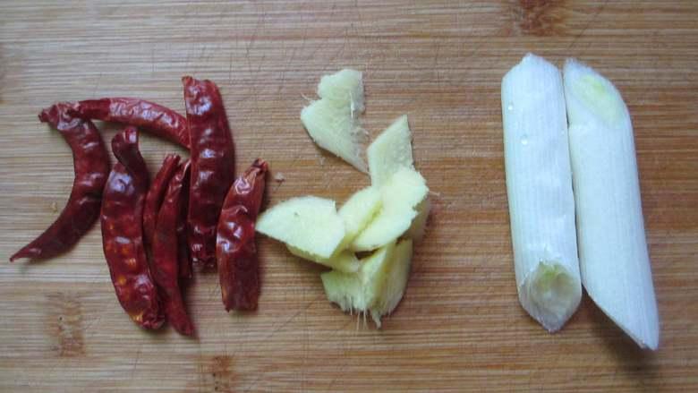 红烧翅根,准备葱段、干辣椒、姜片