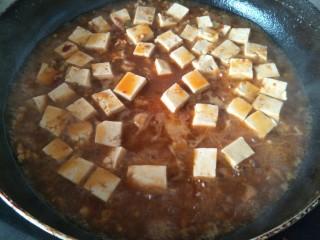 麻婆豆腐,等锅中的汤汁剩少许的时候,倒入淀粉勾芡收汁即可。