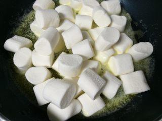 可以拉丝的牛扎饼,放入棉花糖