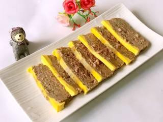 宝宝午餐肉,切成适合宝宝吃的大小。 PS:没吃完的可以密封冷冻或冷藏保存。