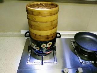 自酿米酒,水开后放米,大火蒸40到50分钟。