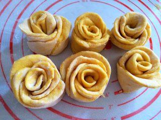 吃掉一朵花+南瓜玫瑰花馒头,做好玫瑰花卷二次发酵10~15分钟,冷水上锅,中火蒸15分钟,蒸好关火焖3分钟