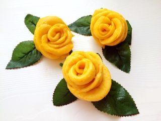 吃掉一朵花+南瓜玫瑰花馒头,用几片绿叶装饰一下,拍出来的玫瑰花更形象逼真!
