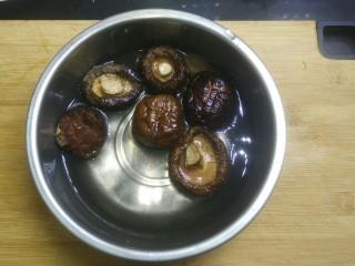 五花肉香菇烧鹌鹑蛋,用冷水泡发