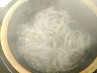 白菜粉条冻豆腐,砂锅放入适量清水,放入粉条,大火烧开