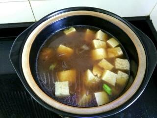 白菜粉条冻豆腐,把粉条重新放入砂锅,下入冻豆腐
