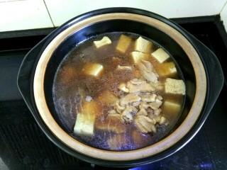 白菜粉条冻豆腐,下入肉片大火烧开