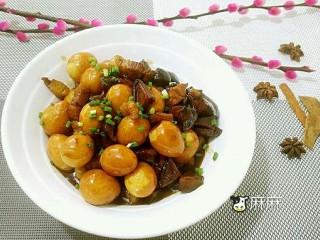 五花肉香菇烧鹌鹑蛋,盛入碗中,撒小葱即可