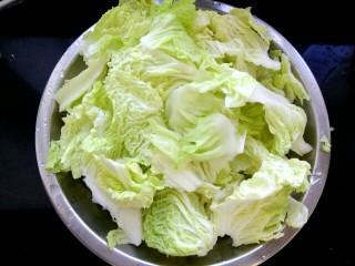 白菜粉条冻豆腐,白菜叶用手撕成小块