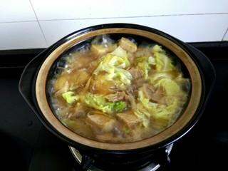 白菜粉条冻豆腐,大火烧开即可关火,滴入适量香油