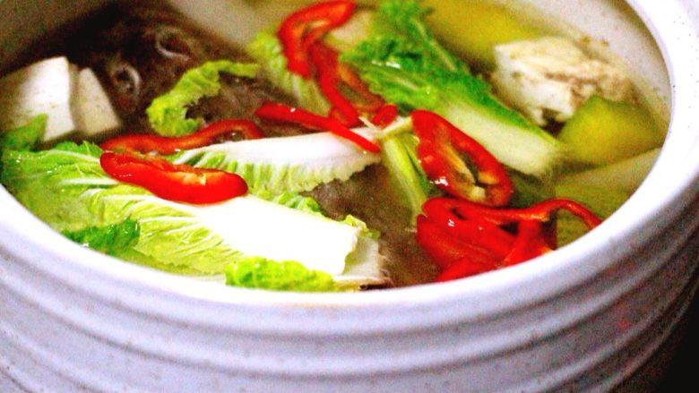 吃掉一朵花+萝卜丝柳叶包&清炖红蟹鱼汤,把切好的白菜和红椒放入砂锅中、加入鸡精调味即可关火、砂锅里的余温即可烫熟白菜和红椒