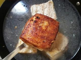 扣肉,盖锅盖用中火炸至锅里没噼里啪啦的声音,开盖观察至肉皮焦黄色捞出放入冷水中。