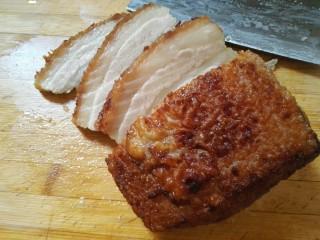 扣肉,把肉切成约0.5cm的厚片。