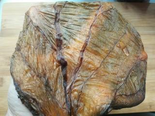 扣肉,金灿灿的,叶子部分打开好像一层薄膜。