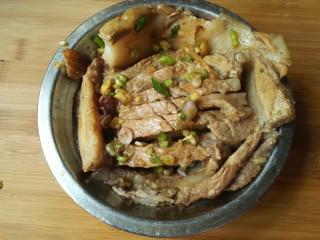 扣肉,和均匀,然后把肉摆入盆中(做了三分)。