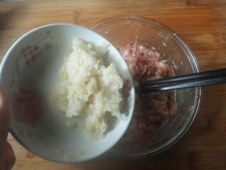 糯米丸子,把藕蓉放入肉馅中。