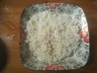 糯米丸子,沥去水,把糯米放入盘中。