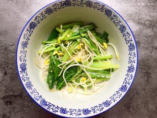 川香水煮鱼,炒好的配菜放在碗底部。