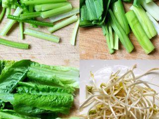 川香水煮鱼,将芹菜、蒜苗、莴笋尖切小段,豆芽洗净备用。